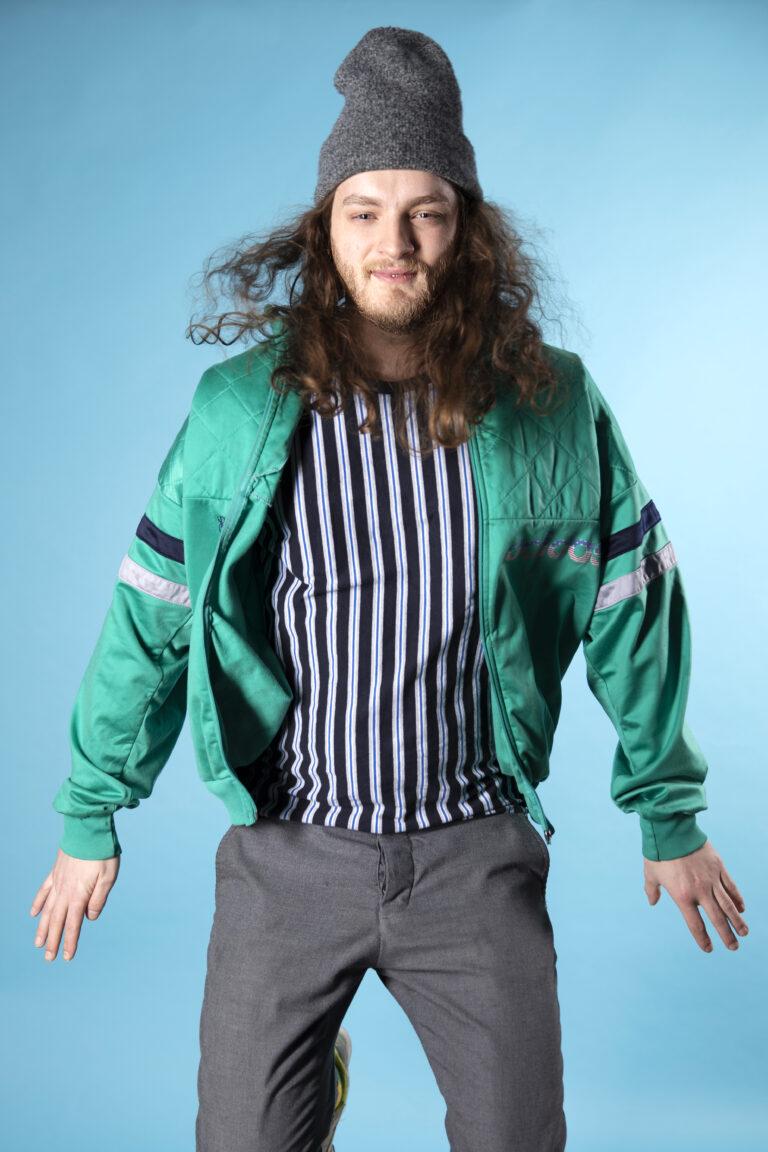 Bob, medewerker van Sprints & Sneakers die voor een blauw scherm staat