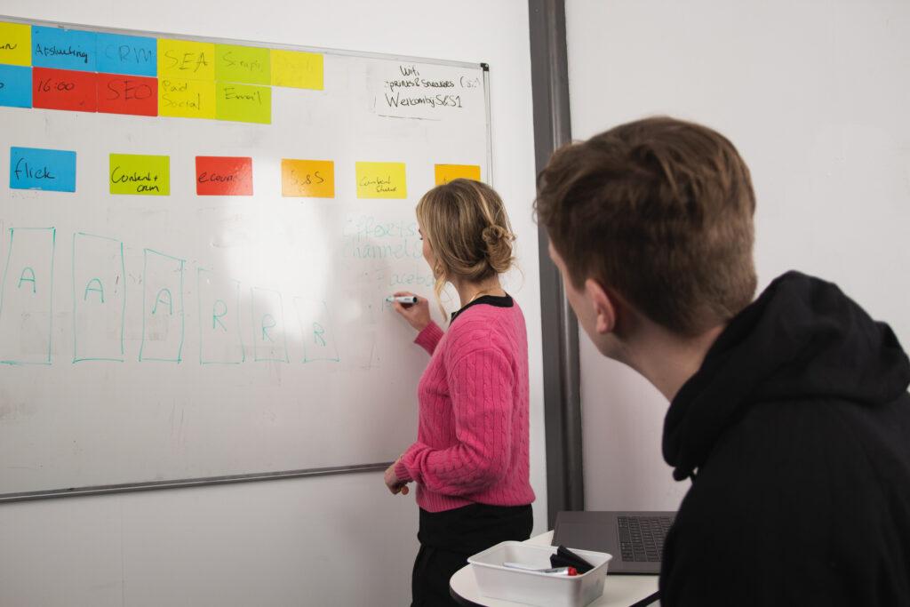 Medewerkers van Sprints & Sneakers die een brainstormsessie doen