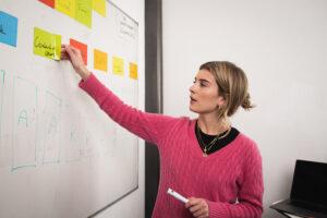 Rose Marie, medewerker van Sprints & Sneakers die brainstorm sessie houdt