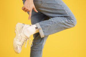Growth hacker die naar zijn Sneakers wijst